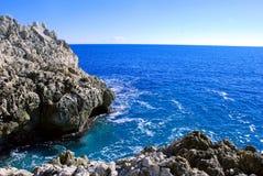 Stenig kust av medelhavet på en klar dag Royaltyfria Bilder