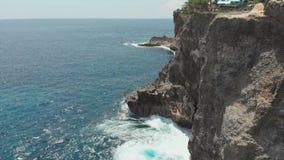 Stenig kust bredvid den brutna stranden på den Nusa Penida ön Surrvideo stock video