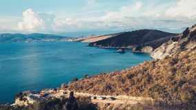 Stenig kust bredvid Ksamil, Saranda, alban Riviera, härlig seascape, solnedgång arkivbild