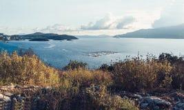 Stenig kust bredvid Ksamil, Saranda, alban Riviera, härlig seascape, solnedgång royaltyfri bild