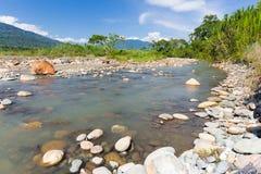 Stenig kust för djungelflodkurva, Quincemil, Peru lopp Arkivbild