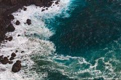 Stenig kust för fara på stormigt väder Royaltyfria Foton