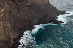 Stenig kust för fara på stormigt väder Royaltyfri Bild
