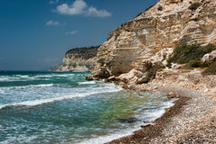 Stenig kust i Chalkidiki, Sithonia, Grekland, med kristallklart vatten Arkivfoto