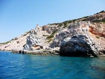 Stenig kust i den Paros ön, Grekland Arkivfoton
