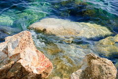 Stenig kust i sommaren Arkivbilder