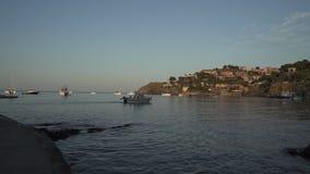 Stenig kust och fartyg i havet lager videofilmer