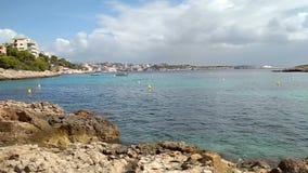 Stenig kust- och havsgolf Illetes Palma de Mallorca, Spanien arkivfilmer