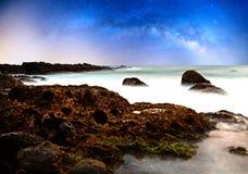 Stenig kust och milkyway Royaltyfri Foto