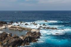 Stenig kust och naturlig pöl Fotografering för Bildbyråer