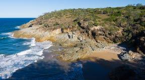 Stenig kust- och sjösidasikt Arkivfoton