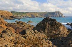 Stenig kust på Atlanticet Ocean, Frankrike Arkivbilder