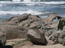 Stenig kust på kust av Portugal med vågor som bryter i bakgrund arkivbild