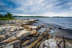 Stenig kust på den Odiorne punktdelstatsparken, i råg, New Hampshire arkivfoton