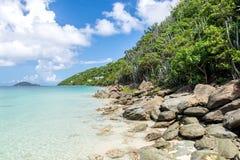 Stenig kust på den tropiska ön Arkivfoton