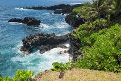 Stenig kust på den Waianapanapa delstatsparken Royaltyfri Bild