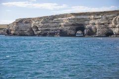 Stenig kust, udde Tarhankut naken sky för blå crimea kullliggande arkivfoto
