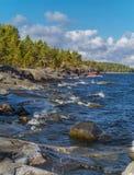 Stenig kustlinje av Ladoga sjön Fotografering för Bildbyråer
