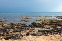 Stenig kustlinje av sydostliga Cypern Arkivbild