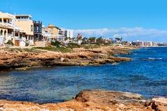 Stenig kustlinje av Torrevieja Sydliga Spanien arkivfoton