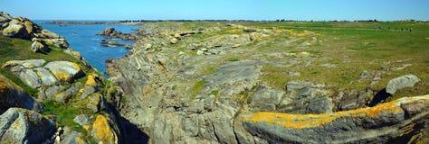 Stenig kustlinje för panoramaofWild i sydost av den Yeu ön royaltyfria bilder