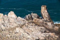 Stenig kustlinje för Ushant ö Arkivbilder