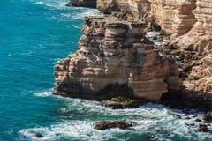Stenig kustlinje med den starka svallvågen och höga klippor Landskapsikt av kalkstenkusten med Indiska oceanensikter på västra Au royaltyfri fotografi