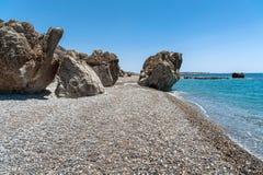 Stenig kustlinje med turkoslagun nära den Paleochora staden på Kretaön, Grekland Arkivbild