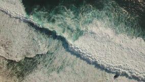 Stenig kustlinje på ön av Bali flyg- sikt arkivfilmer