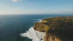 Stenig kustlinje på ön av Bali flyg- sikt lager videofilmer
