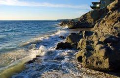 Stenig kustlinje på Cress Street Beach, Laguna Beach, CA Arkivbild
