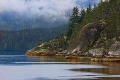 Stenig kustlinje på den Vancouver ön Arkivbilder