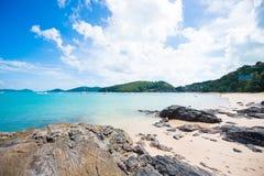 Stenig kustlinje på den Yon stranden för Ao, Phuket arkivfoton