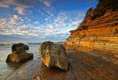 Stenig kustlinje på soluppgång Royaltyfri Fotografi