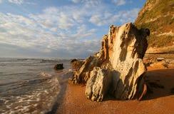 Stenig kustlinje på soluppgång Royaltyfria Bilder