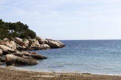 Stenig kustlinje sydliga Frankrike Arkivfoton