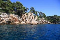 Stenig kustlinjefjärd på medelhavet Arkivfoto