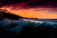 Stenig kustsolnedgång Arkivfoton