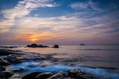 Stenig kustsoluppgång Fotografering för Bildbyråer