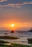 Stenig kustsoluppgång Arkivfoton
