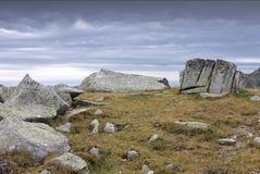 Stenig liggande av Retezat berg, Rumänien royaltyfria foton