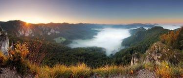 Stenig moutain på solnedgången - Slovakien, Sulov Arkivfoton