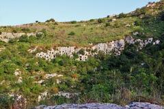 Stenig nekropol av Pantalica i Sicilien Royaltyfria Bilder
