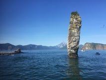 Stenig rev i vattnet av Stilla havet av kusten av Kamchatka arkivfoton