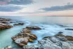 stenig seascapesolnedgång royaltyfri fotografi
