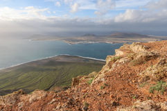 Stenig shoreline av Lanzarote, kanariefågelöar, Spanien Arkivbild