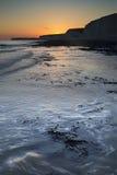 Stenig shoreline för långt exponeringslandskap på solnedgången Royaltyfria Foton