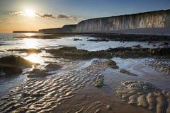 Stenig shoreline för långt exponeringslandskap på solnedgången Royaltyfri Fotografi