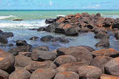Stenig shoreline i Maui, Hawaii Royaltyfri Bild