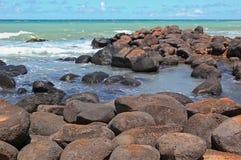 Stenig shoreline i Maui, Hawaii royaltyfri bild